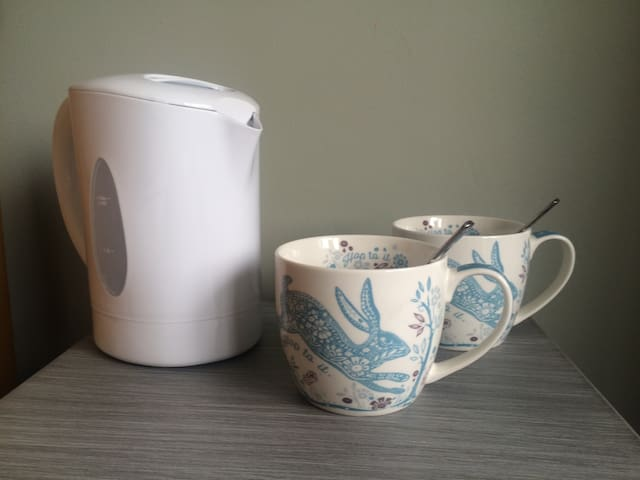 The room has tea, herbal tea, coffee and hot chocolate. We also provide fresh milk (full fat, semi-skimmed, soya or almond).