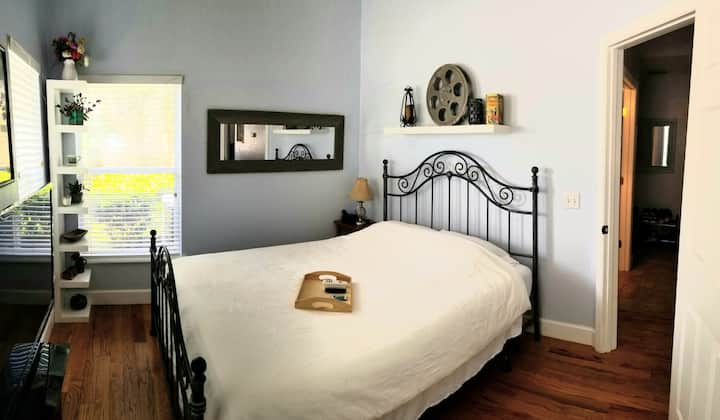 Eclectic College Park Room - 5 mins from Downtown