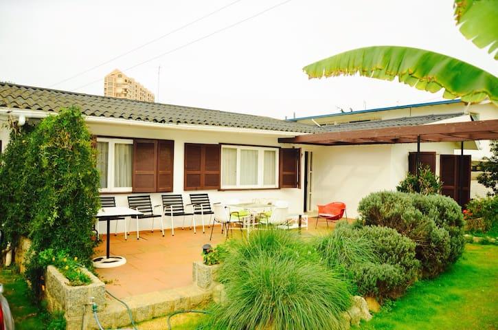 Casa con estilo a pasos de la playa - Algarrobo - Casa