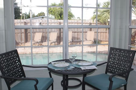 Poolfront getaway, 1 block to beach - Cape Canaveral - Condominium