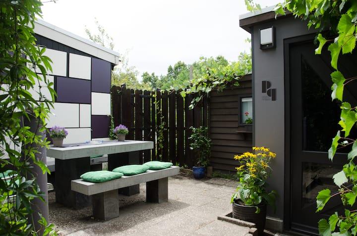 Gardenhouse bordering Amsterdam - PATIO PRIMA!