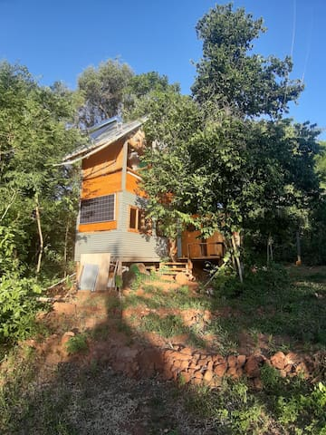Pequeña cabaña ecosustentable en medio del bosque