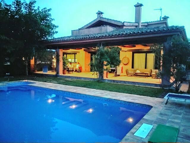 Villa en Montserrat,600m2, jardín, piscina