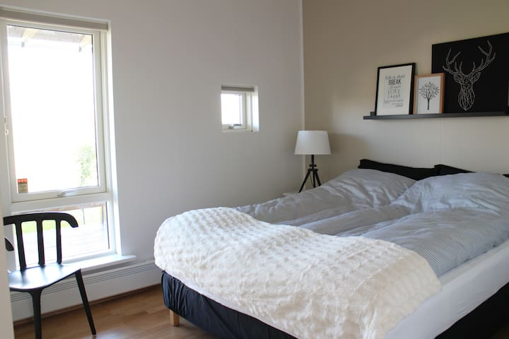 Bedroom 2, Queen bed, 160cm x 200cm