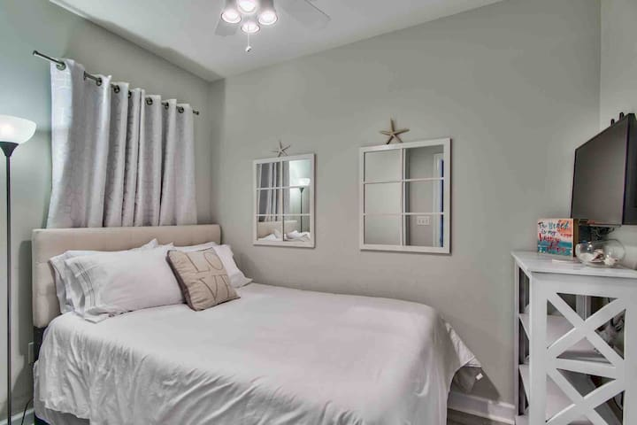 Second bedroom has a queen bed with premium linens and an adjoining luxury bathroom.
