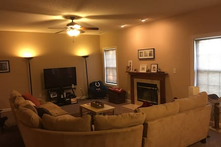 Comfortable Private Bedroom 15 mins from Downtown - House