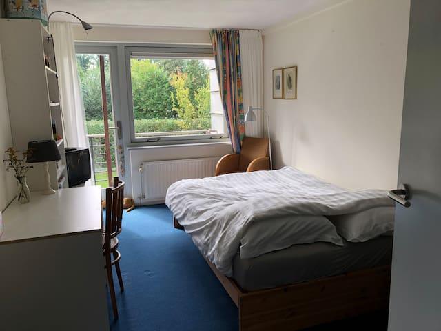 kamer met uitzicht op tuin en balkom