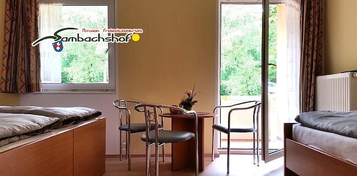 Freizeitzentrum Sambachshof GmbH (Bad Königshofen im Grabfeld), Dreibettzimmer Sambachshof im Wald