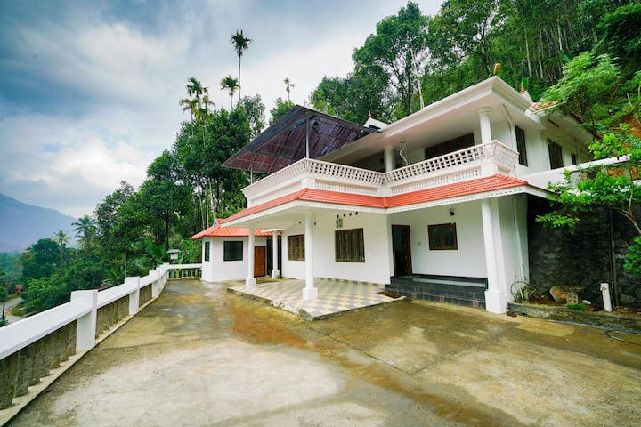 OYO Elite 1BR Holiday Home in Kunchithanny, Munnar