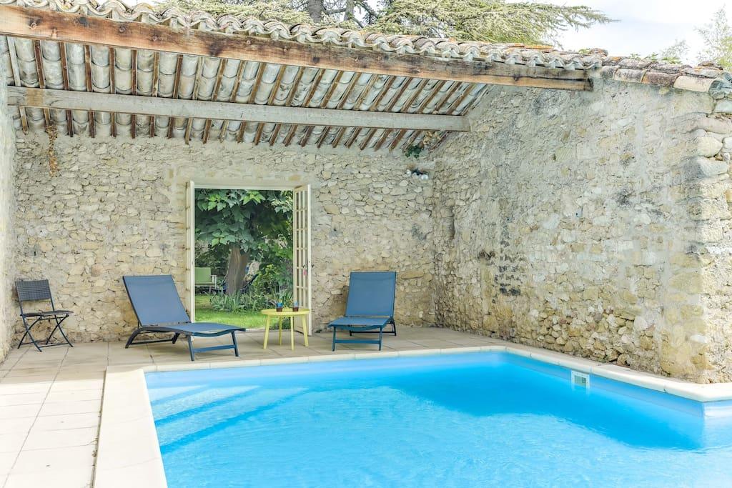 Espace détente avec transats autour de la piscine