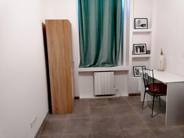 Chambre (1) équipée avec bureau et prise tv