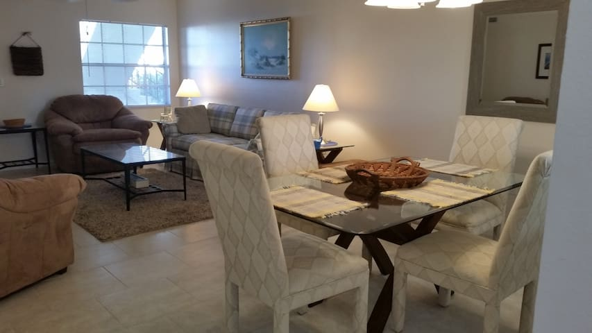 Fun town of Englewood, minutes to the beach! - Englewood - Appartement en résidence