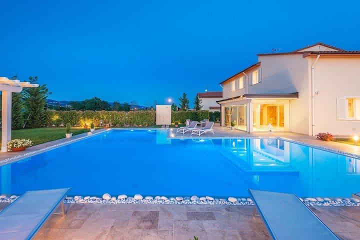 Relax in villa con piscina e spa