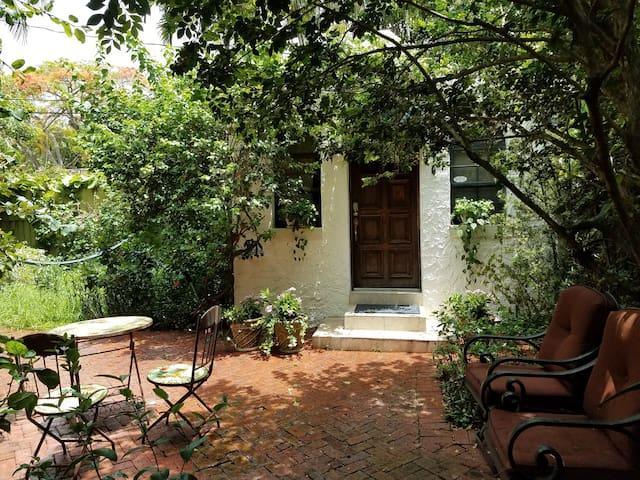 Tropical Cozy Cottage