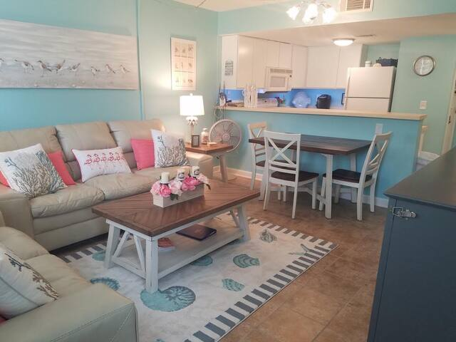 Beach Condo*Snowbirds Welcome!  Sleeps 4!