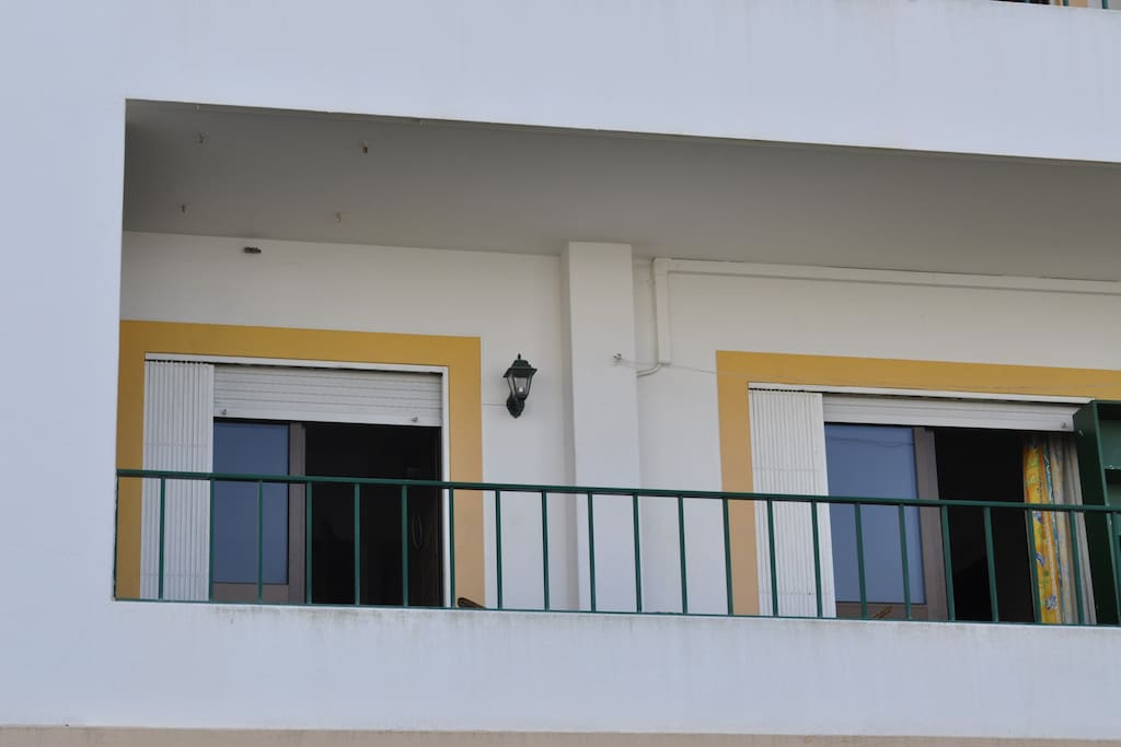 O apartamento tem uma ampla varanda