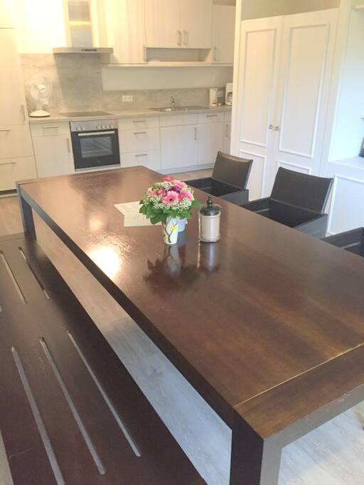 großzügiger Tisch