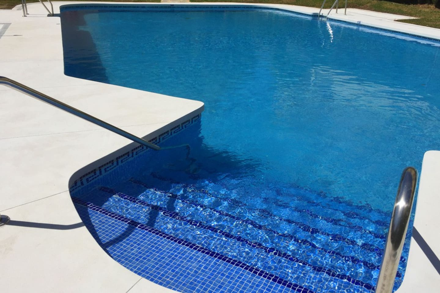 Newly renovated swimming pool/Piscina recién reformada