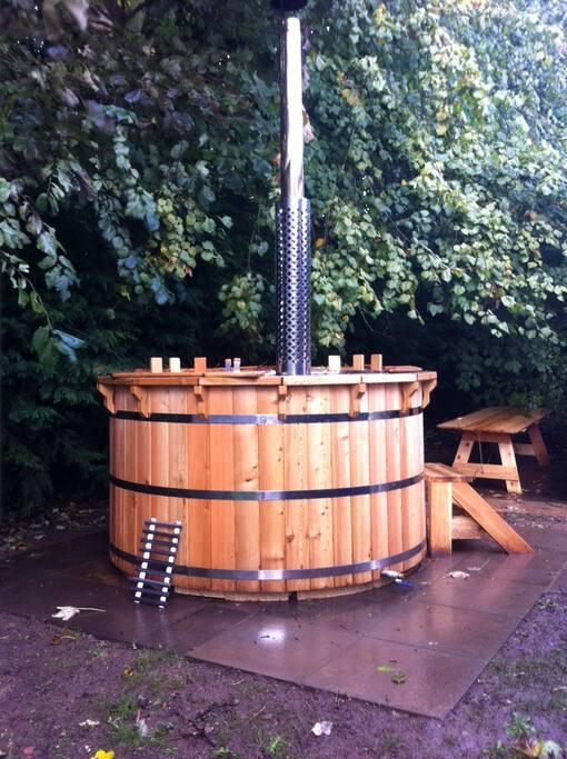 Amazing eco hot tub Under the trees!