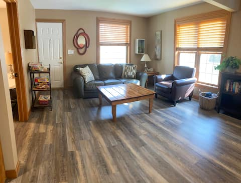 Baraboo Bungalow close to Skiing, Hiking and Dells