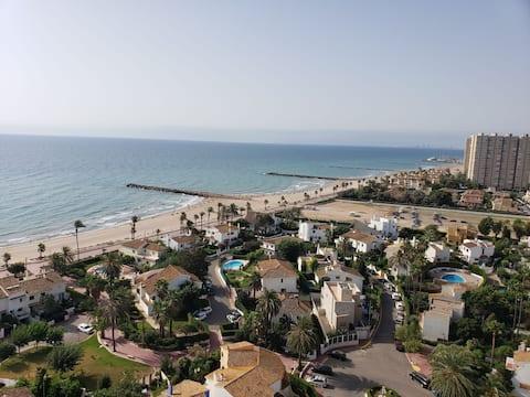 Apartamento en primera Línea de playa en urbanización con todo tipo de servicios (hostelería, piscinas, parque infantil)