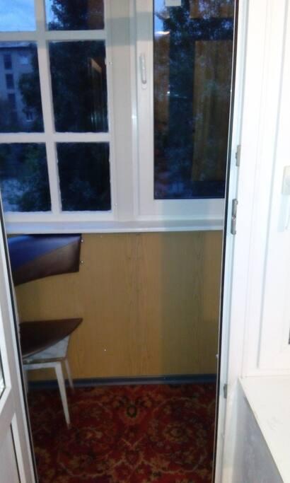 застеклённый балкон с тёплым полом и видом в тихий двор