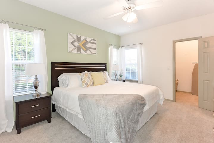 Luxurious 1/1 w/King Bed ➹Patio➹Parking➹W/D