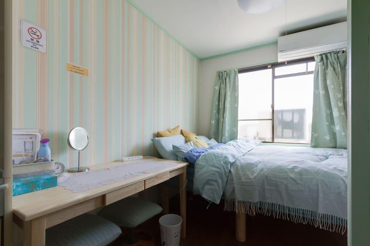 #4 無料ポケットWiFiを使って大阪観光を! ハイグレードの天然木のベッド!