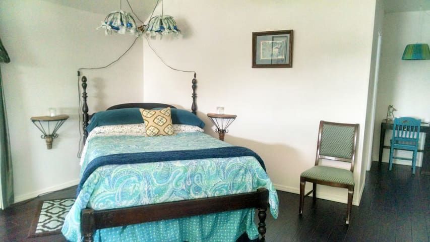 Songbird Suite- Sleeps 2-10 - Roanoke - Flat