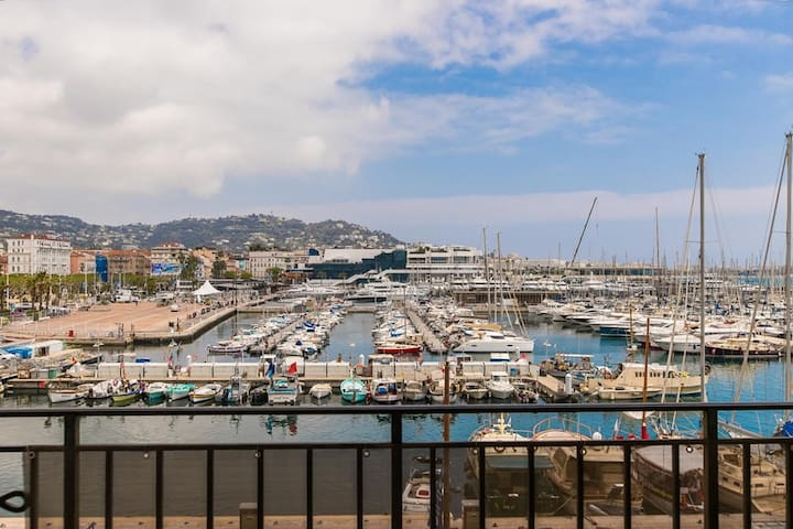 Fantastic 2Bed Apt with Balcony Facing the Port