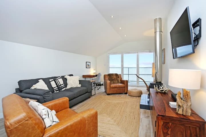 Stylish 3 bed with seaviews