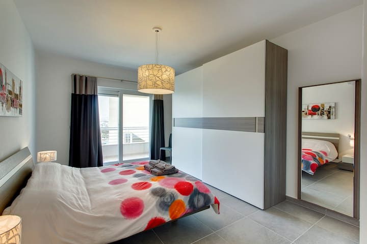 Main Bedroom with double bed/En-Suit and amazing sea views