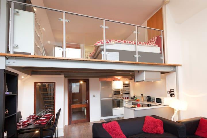 City Centre New York Loft Style Apartment for 4