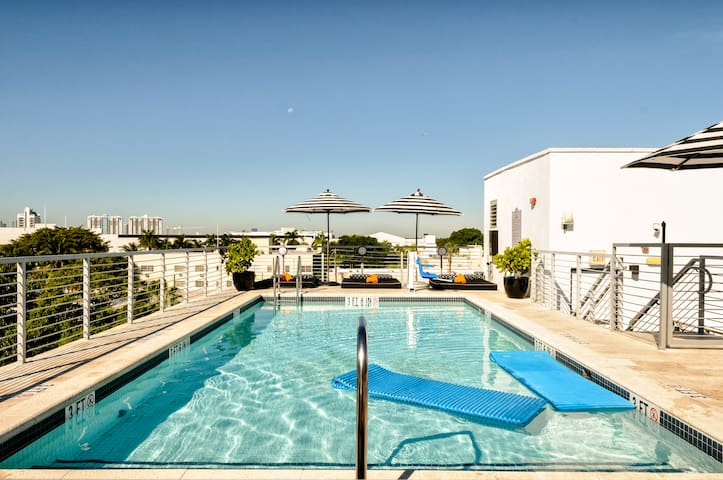 Stylish Room with Two Queen Beds, One Minute from the Beach, Two Gorgeous Pools and Rooftop Sundeck
