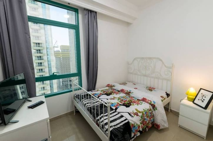 Nice Medium Size Room In Dubai Marina For One Man