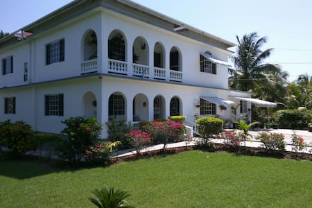 Lorenton Hideaway - Lucea - Bed & Breakfast