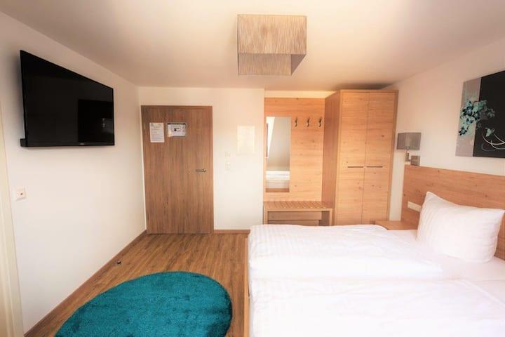 Hotel Stadtvilla Central (Schweinfurt), Doppelzimmer Standard mit Doppelbett und eigenem Bad