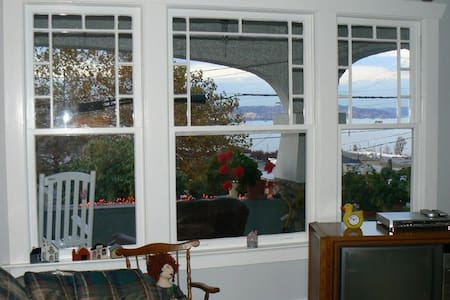 Mrs. Howe's Bed & Breakfast - Port Orchard - Bed & Breakfast
