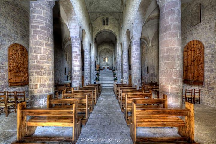 Abbey San Felice - pure Romanic style - 15' drive