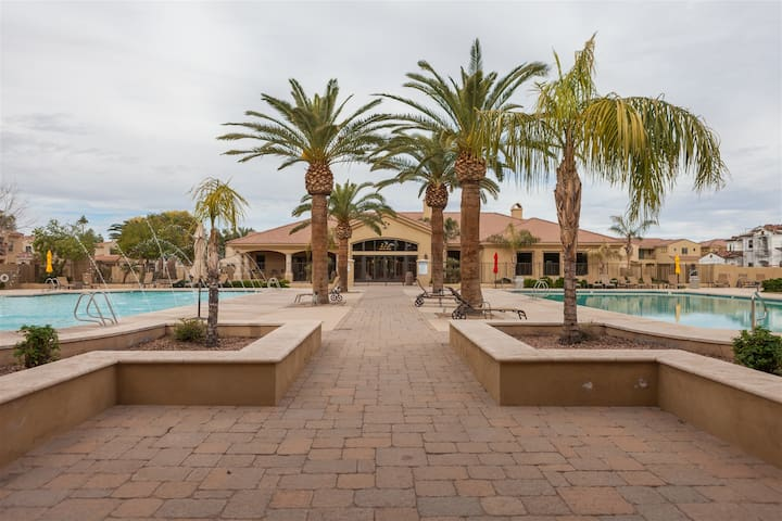 4BR Gated Townhome, Clubhouse, Heated Pool, Spa, BBQ