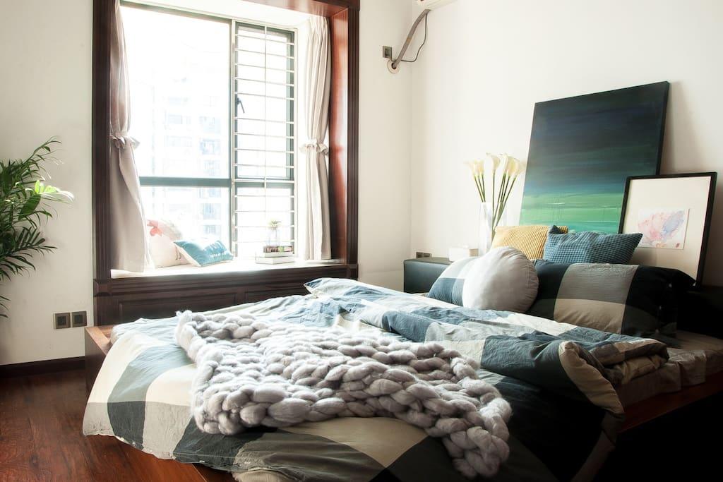 坐在飘窗上可以看得到大海,房间有个大衣柜,1.8米大床