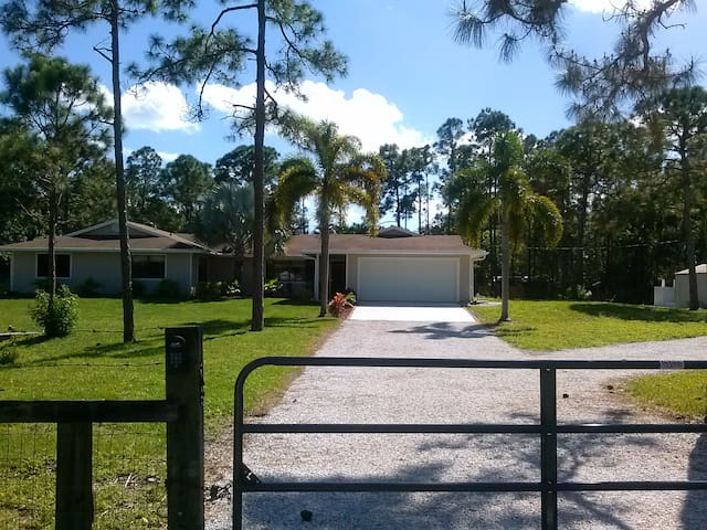 PRIVATE ROOM FOR RENT MOVE IN READY - West Palm Beach - Hus