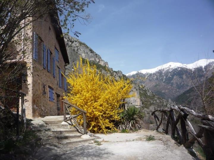 Grange rénovée face aux sommets du Mercantour