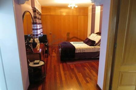 Habitación de 22 m. con baño - Oleiros - Huis