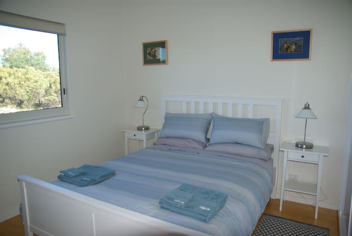 Second bedroom, queen-sized bed