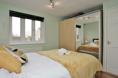 Delightful double bedroom Witney