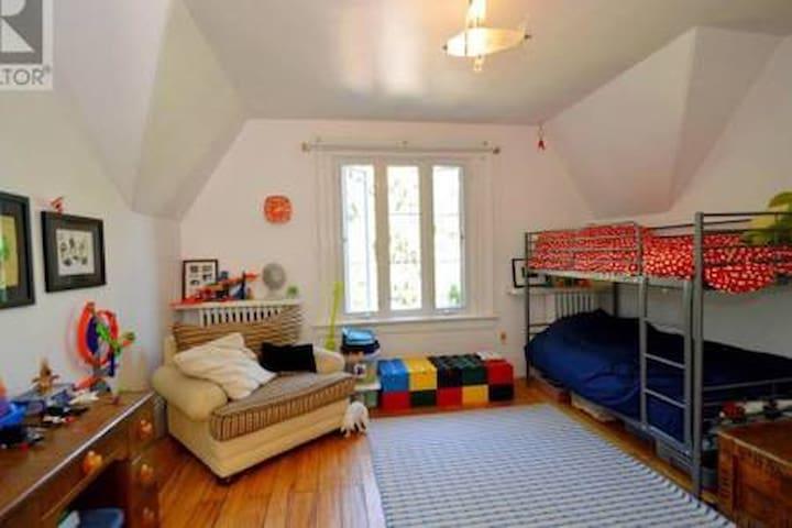 Eddie Sargent House - Bunkbed Room