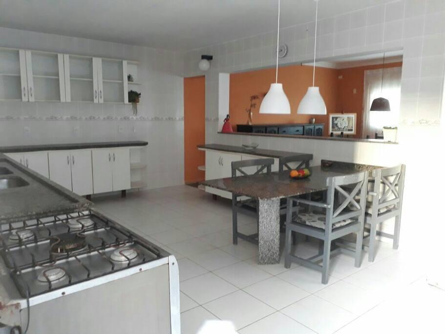 Cozinha ampla para 3 ambientes