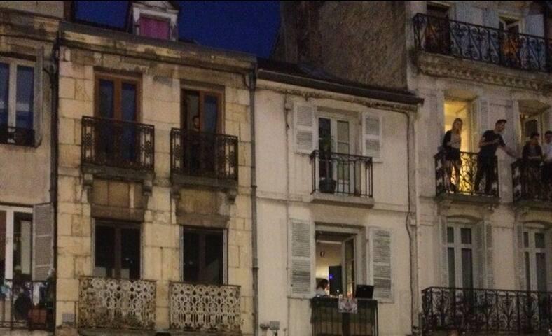 Petit appartement ancien au centre historique