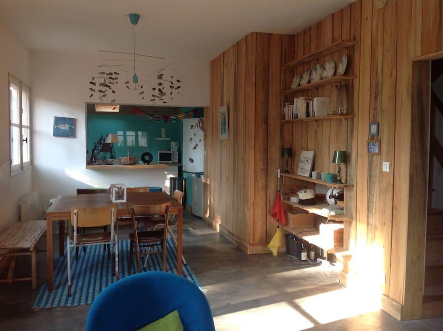grande pièce de séjour ,salon et salle à manger